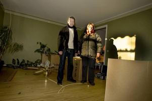 FÖRÖDELSE. För 19 år sedan tvingades de fly ur sin brinnande lägenhet på Rynningsgatan. För drygt en vecka sedan väcktes de mitt i natten av att                                          det brann i andra änden av radhuslängan på Blåbärsvägen. Ännu en gång har Bosse Carlsson och Agneta Kring Carlsson blivit hemlösa på grund av en brand. Men de har fått stor hjälp av Gavlegårdarna och försäkringsbolaget, liksom de poliser som fanns  på                                              plats under och efter branden.