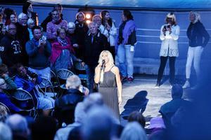 På väg mot kvällens dopp, Marlena Ernman går sjungande ut i publikhavet, och möts av värme som kanske kompenserar det iskalla vattnet.