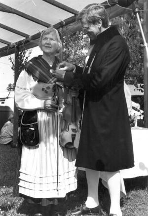 I juli 1991 fick Nelly Östlund ta emot Zornmärket i guld av Zornmärkeskommitténs ordförande Per Gundvall.