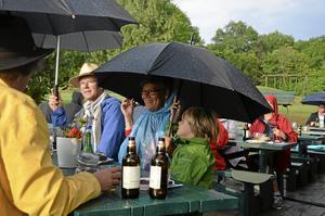 Det gör inget att det regnar om man har paraply. Malin Kraftling med barnbarnet Elias.