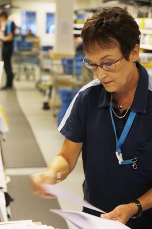 Iiris Lärka har jobbat på posten i 41 år. Hon ser inga problem med omorganiseringen.