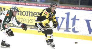 Stefan Andersson testar ett skott.