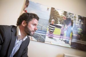 Johan Adolfsson, kommunikationschef på kommunledningskontoret, förnekade att kommunen hade beslutat att vräka migranterna från tältlägret på Alderholmen.