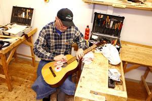 Björn Gunnarsson med sitt renoveringsobjekt. Bara strängarna fattas.