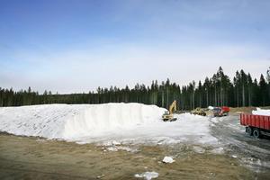 Den enorma snöhögen sprutas upp med snökanoner under januari och februari. Det krävs att temperaturen är låg under en längre period. Foto: Henrik Flygare