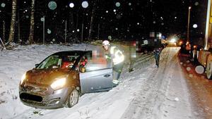 En av flera avåkningar i det hala väglaget, som under kvällen orsakade problem med framkomligheten på bland annat E18.