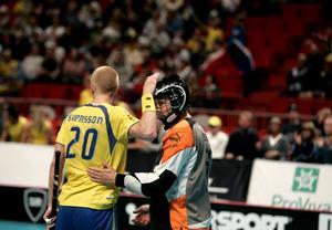 Vinnare. Magnus Svensson klappar om Gunnar Domeij efter semifinalsegern över Tjeckien (4–2) i hemma-VM 2006. I finalen besegrades Finland i förlängning (7–6).Foto: Scanpix