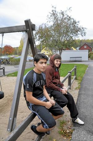 Spelar boll. Naem Saed och Hovig Kaskakarian bor på Granlidenplan och de spelar ofta fotboll i området. De ser fram emot den nya planen. –Det behövs, säger Naem Saed.