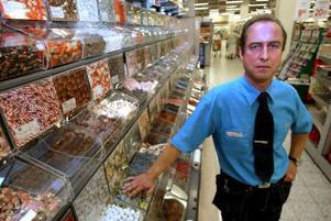 Dan Bryneholt, tillförordnad stormarknadschef på Coop Forum i Bydalen, vid en av de mest provsmakade varorna i butiken — godiset.