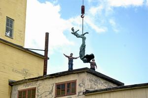 Stripabryggeriet har arrangerat mång konstutställningar och konserter i Stripa de senaste åren. Här lyftes en av Richard Brixels skulpturer på plats. Arkivbild: Michael Landberg