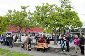 Allt fler Laxåbor stannade till då nationaldagen för första gången firades på torget.