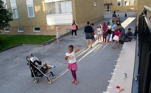 Många barn ville vara med så det blev kö till målningen.