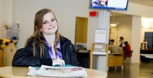 """Söker jobb. Jenny Pettersson, 21 år, är en av 1 837 unga som söker jobb i Västerås. Hon är utbildad florist och vill arbeta heltid, deltid eller kvällar och helger. """"Jag har fått bra stöd här på Arbetsförmedlingen och vågar mera nu"""", säger hon. Hon har sökt många jobb sedan slutet av juni men tycker att det mest verkar finnas praktikplatser och extrajobb."""