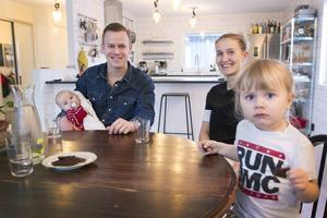 Peter Hällström och Erika Kjellström med sina barn Allie och Nils är en del av Ikeas Hållbarhetsprojekt och de är spända för att se vad de kan förbättra för att göra deras hem och liv mer hållbart.