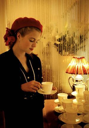 Den som kommer retroklädd till Pallas nu i mars blir bjuden på kaffe. Miriam Parkman tar kaffe.