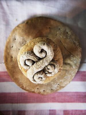 Det mjuka brödet bakades ut i fina former. En tradition som sedan fördes över till lussekatterna.