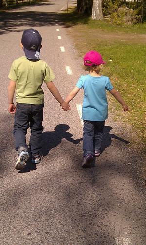 Våra barn Jakob och Elin gladde oss med denna syn när familjen var ute på promenad.