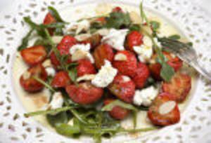 Rucola, balsamvinäger, getost och jordgubbar är en kanonkombo.