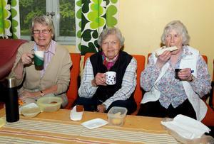 Kaffesamvaro: Ruth Fougman, Elsy Rask och Anna Jansson smakade av den medhavda kaffekorgen inne i officersmässen.