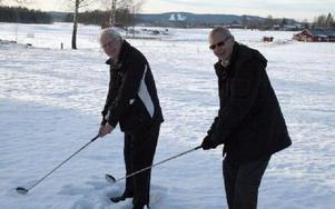 Projektledaren Bengt Niklasson och Lasse Eriksson som var med och startade upp Dalsjö golfklubb 1990 peggar upp där det nya övningsområdet kommer att börja byggas i april.FOTO: MÅRTEN LÅNG