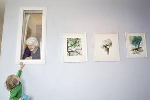 Hemma på Lustiggården i Sikås har Anna-Sofia Persdotter ett rum permanent inrett som galleri. I fredags var det skivsläpp för hennes skiva Ömse.   – Det är jättekul och roligt att skivan blev av. Vi har jobbat med den i flera år. Nu är den klar, säger hon.