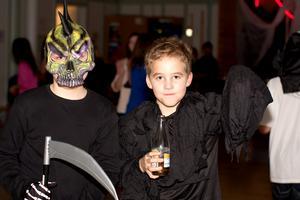 Halloween Disco med kompisarna på skolan.Victor och Didirik.