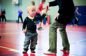 Casper Hallqvist, 1,5 år, dansar med mamma Maria.