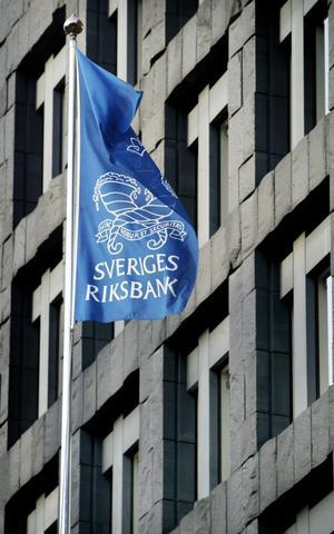 Självständig. Riksbanken fick förr främst försvara den fasta växelkursen. Men när kronan började flyta kunde en mer självständig riksbank koncentrera sig på att hålla inflationen nere.