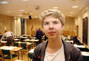 PRESSADE MAKTHAVARNA. Thomas Ekström, 15, i nian vid Örbyhus skola frågade politikerna i kommunfullmäktige när ortens fritidsgård öppnar igen.