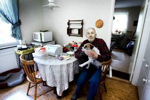 NYA LEDNINGAR. Stig Gradén har bott på Styrmansgatan 48 i 38 år. Nu får han och livskamraten Allan nya avlopps- och vattenledningar i kök och badrum, vilket innebär ett helt nytt badrum med bland annat toa fäst i väggen. I projektet ingår även radonsanering.  Foto: Britt Mattsson