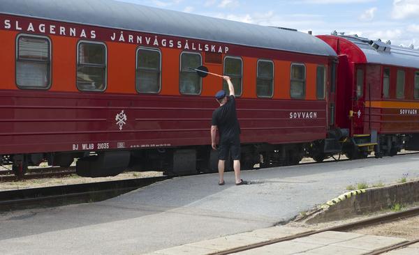 Härje Svensson vinkar av det tyska chartertåget som far vidare norrut.
