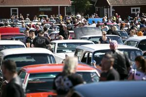 Cruising i Dalarna samlar ofta stora folksamlingar, såväl förare som åskådare deltar i evenemangen.
