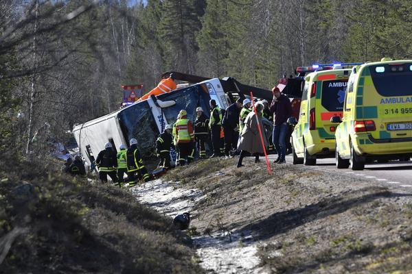 Räddningstjänst och ambulans på platsen där en allvarlig bussolycka inträffade på E45 mellan Sveg och Fågelsjö i Härjedalen på söndagsmorgonen.