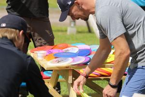 Många discar blir det. De felsta spelarna har ryggsäckar fullproppade med ut på banan, då alla discar har egenskaper som stämmer bättre för olika situationer.