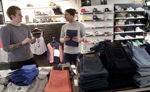 Här finns det jobb. Joakim Arborén, 23, och Niclas Eklund, 26, äger kläd- och skobutiken Size 8 i Hudiksvall. Nu ska butiksytan bli större och en nätbutik ska startas.