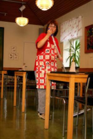Eva Strömberg kommer att söka upp läkare i dag, sedan hon känt sig febrig och fått problem med andningen. Hon är övertygad om att det beror på luften i matsalen i Fagerviks skola.
