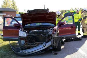 Två personer färdades i bilen som kom österifrån och skulle korsa E4.