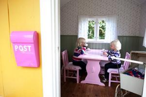 Tidigare stod mest motorcyklar i lekstugan, men när paret Jansson skulle få barnbarn inredde de den med rosentapet, rosa möbler och antika leksaker. Här leker numera ofta Molly och Klara Andersson (bilden) med sina kusiner Wilma och Thea Högberg.