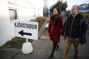 Isländska väljare utanför vallokal.
