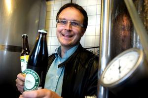 Bryggaren Björn Falkeström jobbar för hög tryck för att släcka svenska folkets törst efter öl från Oppigårds i sommarvärmen.