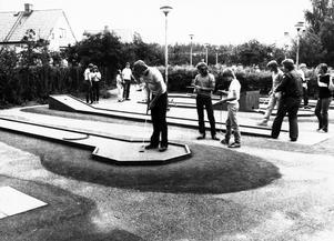 Året är 1981 och det spelas minigolf i Hallstahammars Folkets park.