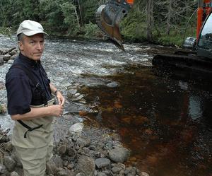 Fiskevårdskonsulenten Bo Öhman har under tio år arbetat med att återställa Ljustorpsån.