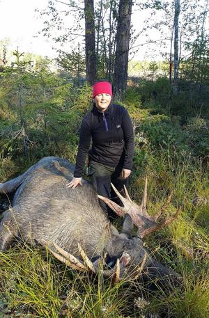 Jonna Eriksson med sin första älg som vägde 301 kilo