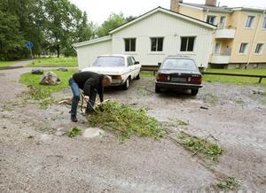 Lars Hiller är chef för Markbyggarna. Men trots sin position åker han själv runt och håller vägar och parkeringar rena från grenar och träd.
