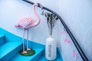 Ingela älskar flamingos och har flera stycken. Här i trappen till övervåningen.