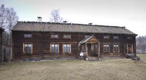 En av tre stugor vid Delsbo Forngård.
