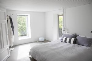 Både Jens och Marias sovrum samt Nohas sovrum har betonggolv. Betonggolvets yta är slipad och behandlad vilket ger ett lent och mjukt intryck.