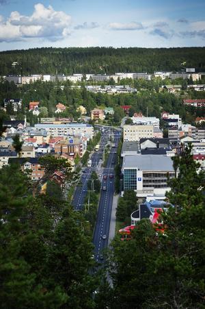 E4 går genom centrala Örnsköldsvik och vidare norrut. Där passerar tusentals bilar varje dag.