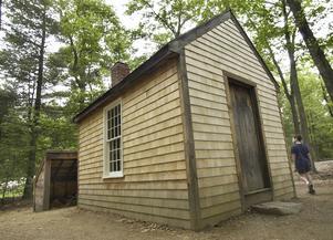 Thoreaus stuga vid Walden Pond i Massachusetts är i dag återuppbyggd för besökare.