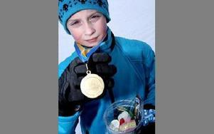 Oscar Lissollas visar stolt sin silvermedalj. Alla medaljörer får också var sin mugg med godis.Foto: TOMAS NYBERG
